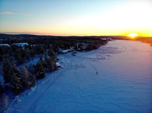Harriniva Marcheur sur lac coucher du soleil.jpg