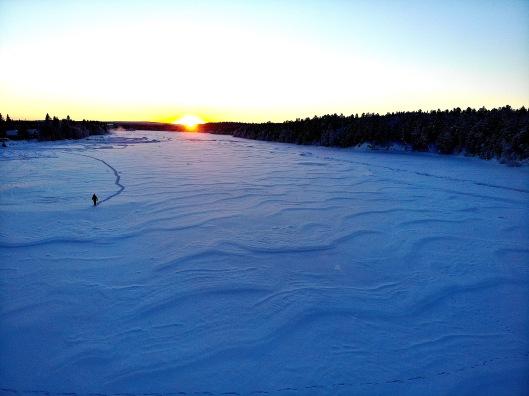 Marcheur sur lac coucher du soleil.jpg
